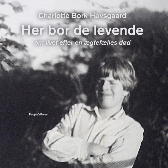 Image of   Her bor de levende (Lydbog)